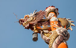 Dragón en pilar con el fondo del cielo Imagen de archivo libre de regalías