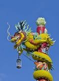 Dragón envuelto alrededor de un polo foto de archivo libre de regalías