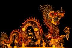 Dragón exótico del oro en fondo negro del cielo Fotos de archivo