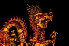 Dragón exótico del oro en fondo negro del cielo Foto de archivo