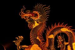 Dragón exótico del oro en fondo negro del cielo Imagenes de archivo