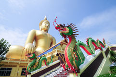 Dragón gemelo y el Buddha más grande en Tailandia Imagenes de archivo