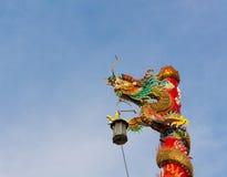 Dragón ligero de la columna del templo chino en fondo del cielo Fotos de archivo