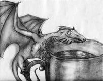 Dragón minúsculo en la taza - bosquejo Foto de archivo