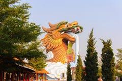 Dragón principal de la estatua en el parque de la capilla, Suphan Buri, su Imágenes de archivo libres de regalías