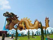 Dragón que se agacha grande en Suphan Buri, Tailandia Fotografía de archivo