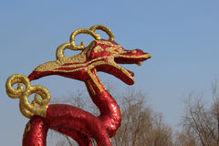 Dragón rojo delante del cielo azul Fotos de archivo libres de regalías