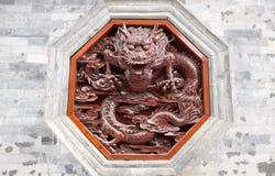 Dragón rojo que talla en la pared Fotografía de archivo
