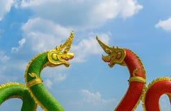 Dragón rojo y verde y estatua del Naga en tailandés imagen de archivo