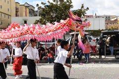 Dragões chineses, o símbolo da energia do qui e boa fortuna, em Dragon Parade dourado, comemorando o ano novo chinês fotografia de stock royalty free