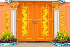 Dragões em portas de madeira. Imagem de Stock