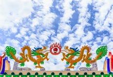 Dragões no telhado de um santuário chinês Fotos de Stock
