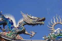 Dragões no telhado do templo foto de stock