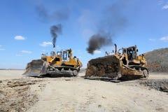 A draga carrega o carvão do caminhão Duas escavadoras imagem de stock royalty free