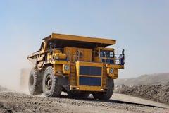 A draga carrega o carvão do caminhão O caminhão que transporta o carvão Fotos de Stock
