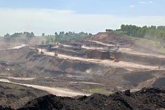 A draga carrega o carvão do caminhão Pedreira de carvão Fotografia de Stock