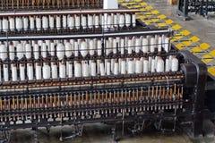 Draga danandemaskineri i en gammal bomull som bearbetar fabriken arkivfoton