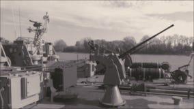 Dragador de minas do navio de guerra com armas vídeos de arquivo