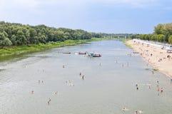 Dragagem na praia do rio Fotografia de Stock Royalty Free