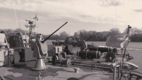 Dragaminas del buque de guerra con las armas almacen de metraje de vídeo