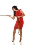 dragande rep för affärskvinna Royaltyfri Bild