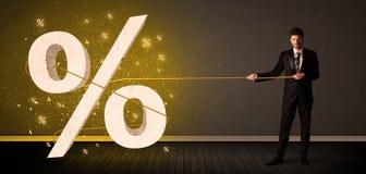 Dragande rep för affärsman med det stora procent symboltecknet Royaltyfria Foton
