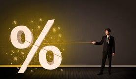 Dragande rep för affärsman med det stora procent symboltecknet Arkivfoton