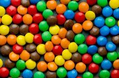 Dragees конфеты шоколада покрыли красочную поливу как предпосылка Стоковые Фото