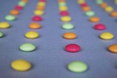 Drageias coloridos arranjadas nas fileiras Fotografia de Stock Royalty Free