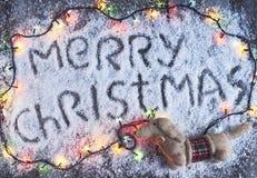 Dragen bokstäver för glad jul hand med ljus över det wood brädet Fotografering för Bildbyråer