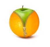Dragen ned blixtlåset på apelsin med det gröna äpplet. Arkivbild