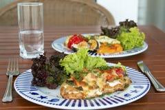 Dragen tillbaka kötträtt med grönsaker Royaltyfri Fotografi