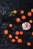 Dragen tillbaka tomater och vitlök Royaltyfri Bild