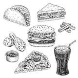 Dragen vektorillustration för snabbmat hand Hamburgaren, ostburgaren, smörgåsen, pizza, höna, taco och cola, inristad stil, skiss royaltyfri illustrationer