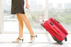 Dragende bagage Stock Foto
