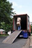Dragende dozen in het bewegen van vrachtwagen Royalty-vrije Stock Foto's