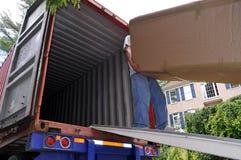 Dragende dozen in het bewegen van vrachtwagen Stock Afbeeldingen