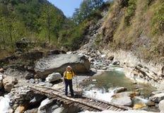Dragende goederen over houten brug aan Everest-Basiskamp stock fotografie