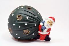 Dragende Kerstmisgiften van Santa Claus op witte achtergrond Royalty-vrije Stock Fotografie