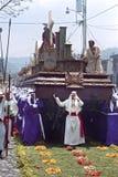 Dragers die heiligdom dragen tijdens Heilige Weekoptocht stock foto's