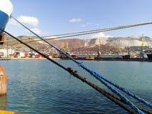 Draget åt förtöja rep förtöja av skeppet Royaltyfri Foto
