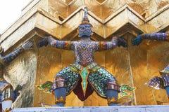 Draghi della tenuta. Frammento di re Palace a Bangkok Fotografia Stock