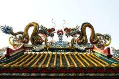 Draghi gemellati sul tetto del tempio cinese Fotografia Stock
