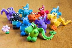 Draghi modellanti fatti a mano multicolori dell'argilla Fotografia Stock Libera da Diritti
