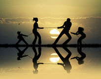 Dragkamp på solnedgången Royaltyfri Foto