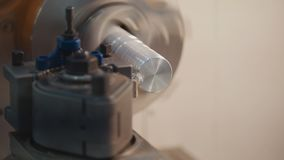Dragning av metalldelar på drejbänkmaskinen på fabriken, massor av metallshavings, industriellt begrepp, främre sikt Fotografering för Bildbyråer