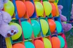 dragning för underhållning för barn` s med ballonger och pilar Arkivbilder