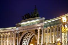 Dragningen av St Petersburg, högkvarteren som bygger, nattbelysning Arkivbilder