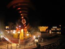 Dragningspariserhjulen i stad parkerar på natten Royaltyfri Foto
