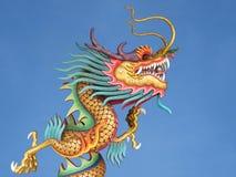 Drago cinese contro cielo blu Fotografie Stock Libere da Diritti